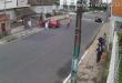 Motorista colide com assaltante agarrado na janela